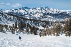 Lo sciatore su Mammoth Mountain gode di grandi viste Fotografie Stock Libere da Diritti
