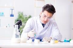 Lo scienziato dell'alimento che prova nuova roba in laboratorio Immagini Stock Libere da Diritti