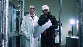 Lo scienziato e l'ingegnere in pianta stock footage