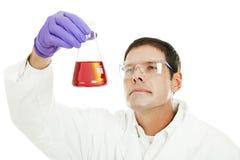 Lo scienziato esamina il residuo del liquido Fotografia Stock Libera da Diritti