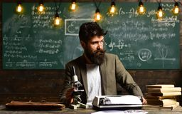 Lo scienziato fa la ricerca con il microscopio Vetri di usura dell'uomo d'affari allo scrittorio Uomo con la barba e baffi in uni Fotografie Stock