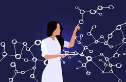 Lo scienziato femminile con una compressa in sua mano esplora i legami molecolari fotografia stock libera da diritti