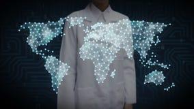 Lo scienziato femminile, ingegnere che tocca l'icona sociale della gente, fa la mappa di mondo globale, Internet delle cose Tecno illustrazione di stock
