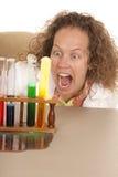 Lo scienziato pazzo della donna con le provette dice aperto Immagine Stock Libera da Diritti