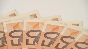 lo scivolamento del carrello 4K ha sparato le fatture degli euro dei valori differenti Un'euro fattura di cinquanta stock footage