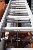 Lo scivolamento della scala del tre-ginocchio del fuoco si trova sul camion dei vigili del fuoco sui supporti, primo piano fotografia stock libera da diritti