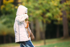 Lo scoiattolo curioso scala sul ragazzo di sorpresa per ottenere il dado Fotografie Stock