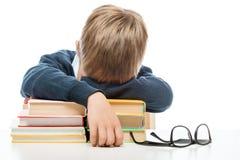 Lo scolaro è caduto addormentato sui libri durante la lezione al Fotografia Stock
