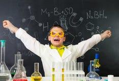 Lo scolaro emozionante nel laboratorio di chimica ha fatto una scoperta Fotografia Stock Libera da Diritti