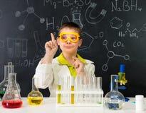 Lo scolaro nel laboratorio di chimica ha ottenuto un'idea Fotografia Stock