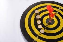Lo scopo dell'affare è inteso per compire in gruppo i dardi su fondo bianco con le frecce, obiettivo medio Fotografia Stock Libera da Diritti