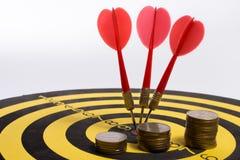Lo scopo dell'affare è inteso per compire in gruppo i dardi su fondo bianco con le frecce, obiettivo medio Fotografia Stock