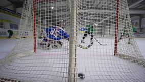 Lo scopo dell'hockey, portiere nei vestiti di sport con il bastone di hockey viene a mancare e disco mancante nello scopo dall'op archivi video