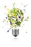 Lo scoppio verde blu giallo della pittura ha fatto luce la lampadina Immagine Stock Libera da Diritti