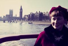 Lo scorrevole di colore d'annata originale dal 1960 la s, giovane donna posa per Fotografia Stock