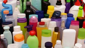 Lo scorrevole lento davanti alle bottiglie di plastica ha trovato solitamente in ogni famiglia stock footage