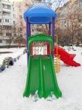 Lo scorrevole variopinto dei bambini nell'area del parco della neve del ‹del †del ‹del †la città Fotografia Stock Libera da Diritti