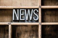 Lo scritto tipografico di notizie scrive dentro il cassetto a macchina Immagini Stock Libere da Diritti