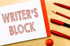 Lo scrittore s di scrittura del testo della scrittura è blocco Stato di significato di concetto di non potere pensare a cui scriv immagine stock