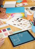 lo scrittorio con gli strumenti e la compressa di progettazione con l'ufficio allinea (bicolore: blu ed arancione-chiaro) Immagini Stock Libere da Diritti