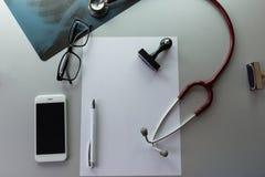 Lo scrittorio del medico fotografia stock libera da diritti