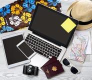 Lo scrittorio del turista di legno nell'alta definizione con il computer portatile, la compressa e la m. Fotografie Stock