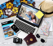 Lo scrittorio del turista di legno nell'alta definizione con il computer portatile, la compressa e la m. Fotografia Stock