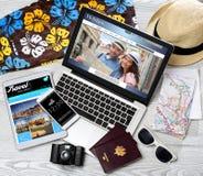 Lo scrittorio del turista di legno nell'alta definizione con il computer portatile, la compressa e la m. Immagini Stock