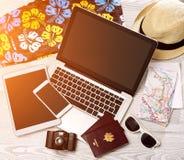 Lo scrittorio del turista di legno nell'alta definizione con il computer portatile, la compressa e la m. Fotografia Stock Libera da Diritti