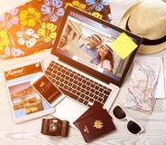 Lo scrittorio del turista di legno nell'alta definizione con il computer portatile, la compressa e la m. Immagini Stock Libere da Diritti