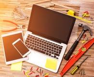 Lo scrittorio del tuttofare di legno nell'alta definizione con il computer portatile, compressa e Fotografia Stock