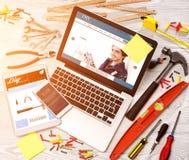 Lo scrittorio del tuttofare di legno nell'alta definizione con il computer portatile, compressa e Fotografia Stock Libera da Diritti