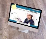 Lo scrittorio del tuttofare di legno nell'alta definizione con il computer portatile, compressa e Immagini Stock Libere da Diritti
