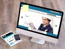 Lo scrittorio del tuttofare di legno nell'alta definizione con il computer portatile, compressa e Immagine Stock