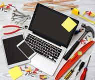 Lo scrittorio del tuttofare di legno nell'alta definizione con il computer portatile, compressa e Fotografie Stock Libere da Diritti