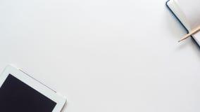 Lo scrittorio dell'area di lavoro con il computer portatile e lo Smart Phone copiano il fondo dello spazio Fotografia Stock