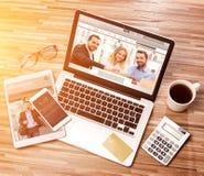 Lo scrittorio dell'uomo d'affari di legno nell'alta definizione con il computer portatile, riduce in pani la a Fotografia Stock Libera da Diritti