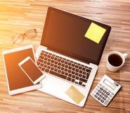 Lo scrittorio dell'uomo d'affari di legno nell'alta definizione con il computer portatile, riduce in pani la a Immagine Stock Libera da Diritti