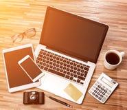 Lo scrittorio dell'uomo d'affari di legno nell'alta definizione con il computer portatile, riduce in pani la a Fotografie Stock