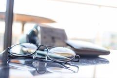 Lo scrittorio di vista superiore in camera da letto e sulla tavola ha vetri, l'orologio, walle Fotografia Stock