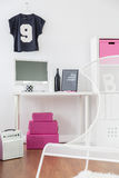 Lo scrittorio per lavoro e la sedia per si rilassano nello stile girly Fotografie Stock Libere da Diritti