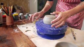 Lo scultore femminile sta facendo la tazza dell'argilla nello studio delle terraglie, vista del primo piano stock footage