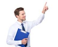 Lo sguardo caucasico della lavagna per appunti della tenuta dell'uomo d'affari al dito indica su Immagine Stock