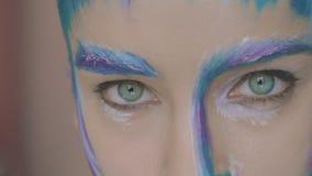Lo sguardo degli occhi verdi della ragazza misteriosa con arte dell'inverno compone video d archivio