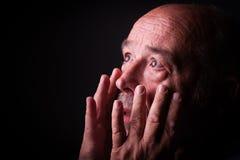 Lo sguardo dell'uomo anziano spaventa o spaventato Immagini Stock Libere da Diritti
