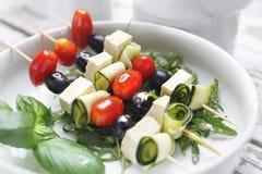 Lo shashlik di verdure ha fatto dei pomodori ciliegia, della mozzarella e delle olive nere immagini stock