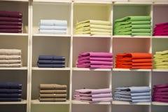 Lo short collega la camicia con un manicotto di polo sul banco di mostra Immagini Stock Libere da Diritti