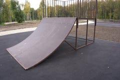 Lo skatepark pattinante del parco del pattino progetta il calcestruzzo vuoto pattinante del pattino - immagine di riserva immagine stock libera da diritti
