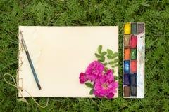 Lo sketchbook fatto a mano con i fiori e le foglie di selvaggio è aumentato Fotografia Stock Libera da Diritti