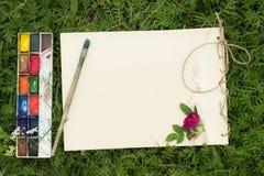 Lo sketchbook fatto a mano con i fiori e le foglie di selvaggio è aumentato Fotografia Stock
